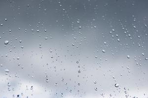 Kaca Transparan Abu-abu Di Atas Air Tetesan Gambar Latar Belakang PPT  PowerPoint Template Free Download